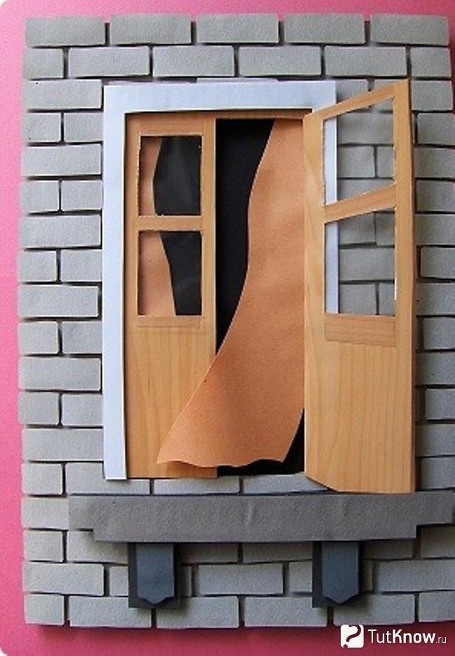 Картонные заготовки клеятся под балконную дверь